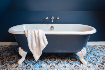 Luxury-sea-side-holidays-beautiful-cast-iron-bath-S