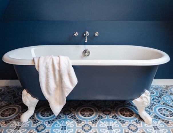 luxury-sea-side-holidays-beautiful-cast-iron-bath-large